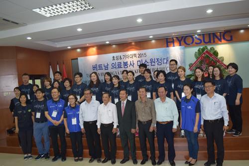 """Đoàn tình nguyện và lãnh đạo Huyện Nhơn Trạch, lãnh đạo các KCN tỉnh Đồng Nai trong lễ khai mạc """"Nụ cười viễn xứ 2015"""""""