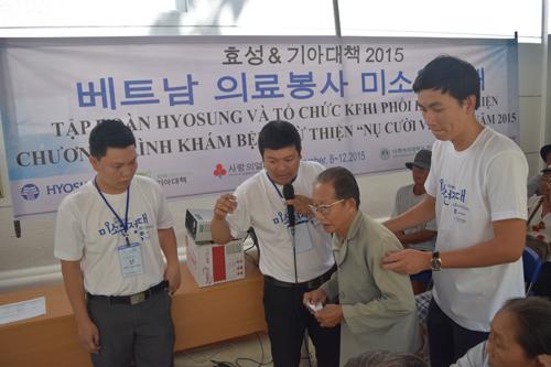 Các tình nguyện viên tận tình hướng dẫn cho người dân đến khám bệnh tại Hyosung.