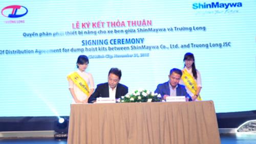 Lễ ký kết thỏa thuận quyền phân phối thiết bị nâng cho xe ben giữa lãnh đạo công ty Trường Long và công ty ShinMaywa