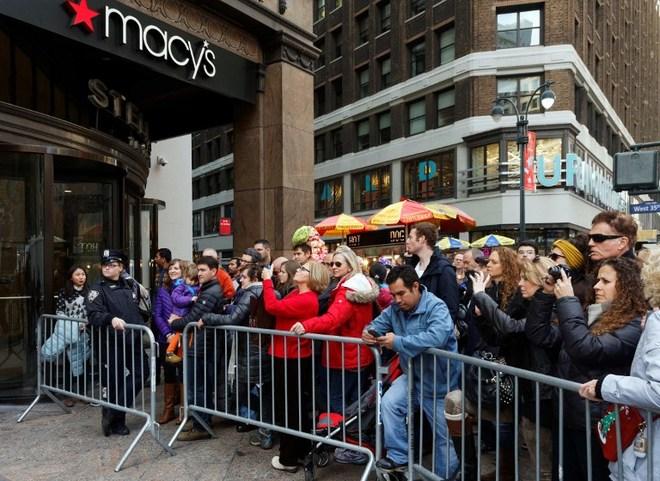 Người Mỹ chen kín các cửa hàng ngày Black Friday