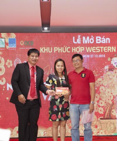 Ông Đoàn Hồng Hà - Phó TGĐ Công ty Địa ốc Hoàng Anh Sài Gòn (bên trái) trao phiếu quà tặng lộc vàng cho khách hàng tại lễ mở bán.
