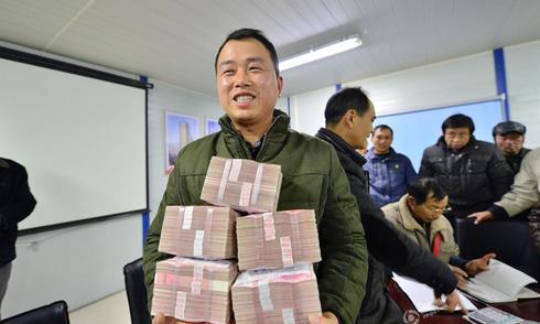 Công nhân Trung Quốc nhận hàng chồng tiền về ăn Tết