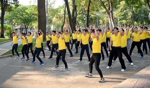 Ngoài công viên Tao Đàn, màn nhảy flashmob được các chàng trai thực hiện tại công viên 23/9 và trung tâm thương mại Cresent Mall.