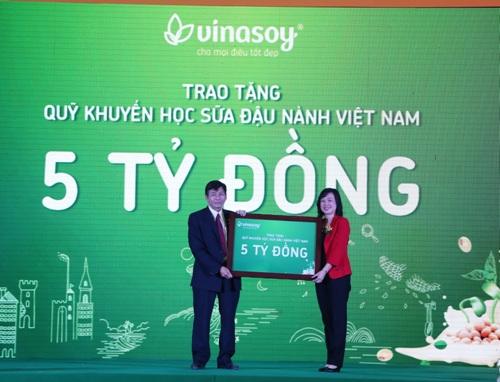 Vinasoy đã trao 5 tỷ đồng cho Quỹ khuyến học Sữa đậu nành Việt Nam.