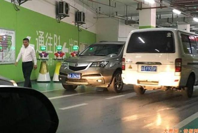 Nhà giàu Trung Quốc dẫn robot đi mua sắm