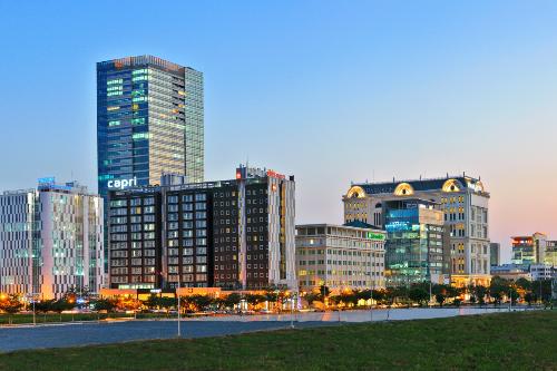 Nguyễn Lương Bằng được xem là đại lộ doanh thương, tập trung nhiều tòa cao ốc với 100 doanh nghiệp trong lĩnh vực tài chính, thương mại, dịch vụ, chứng khoán…