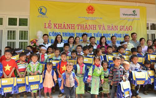 Lãnh đạo của Bộ LĐTB-XH, Lãnh đạo địa phương và Lãnh đạo Vietcombank trao quà cho các em học sinh của trường.
