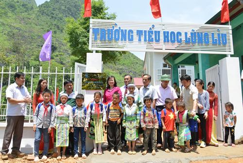Các đại biểu và thầy cô giáo tham dự Lễ mở Biển khánh thành Trường Tiểu học Lũng Lìu, xã Dân Chủ, huyện Hòa An, tỉnh Cao Bằng