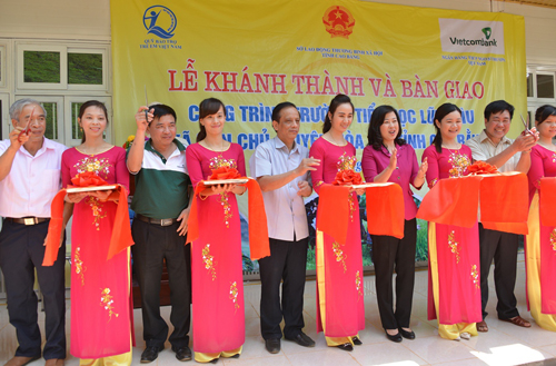 Các đại biểu tham dự Lễ cắt băng khánh thành Trường Tiểu học Lũng Lìu, xã Dân Chủ, huyện Hòa An, tỉnh Cao Bằng