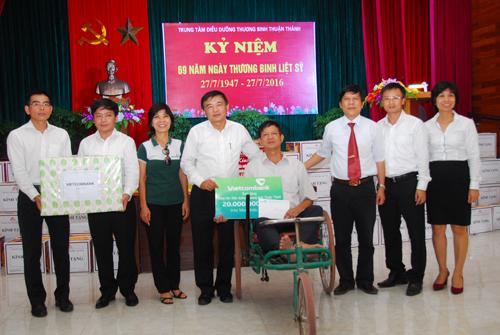 Đoàn Vietcombank trao tặng quà và tiền hỗ trợ cho lãnh đạo Trung tâm và đại diện các thương bệnh binh