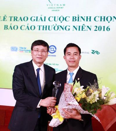 Ông Nguyễn Anh Tuấn, quyềnGiám đốc Khối Quản lý hoạt động Tập đoàn Bảo Việtnhận giải đặc biệt cho Báo cáo thường niên xuất sắc nhất.