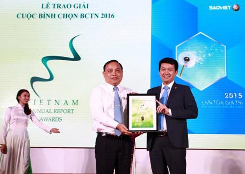 Ông Phạm Ngọc Tú - Phó giám đốc phụ trách Khối Quản lý Tài chính Tập đoàn Bảo Việt nhận giải Nhất Báo cáo phát triển bền vững.