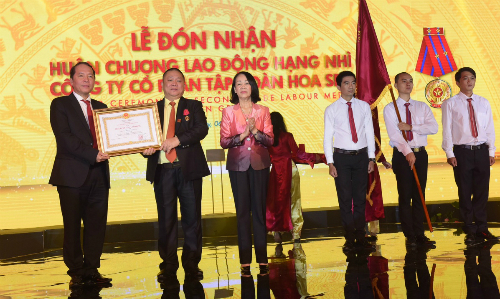 Bà Trương Thị Mai, Ủy viên Bộ Chính trị, Bí thư Trung ương Đảng, Trưởng ban Dân vận Trung ương trao bằng khen cho Tập đoàn Hoa Sen.