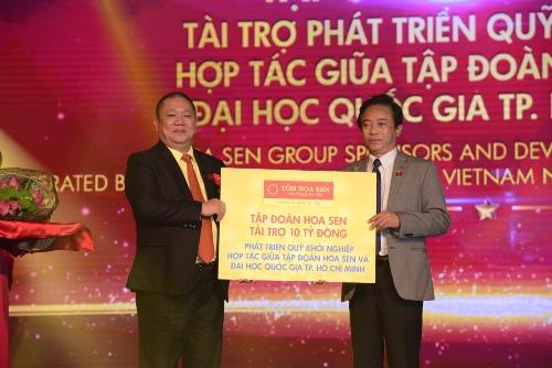 Ông Lê Phước Vũ Chủ tịch Hội đồng Quản trị Tập đoàn Hoa Sen trao tặng 10 tỷ đồng cho Quỹ Khởi nghiệp hợp tác giữa Tập đoàn Hoa Sen và Đại học Quốc.