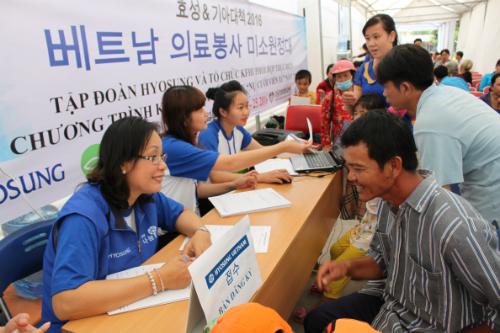 Người dân đăng ký khám chữa bệnh tại công ty Hyosung Việt Nam.