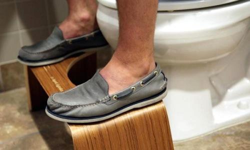 thanh-trieu-phu-nho-ghe-ke-chan-trong-toilet
