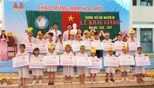 Trên 100 suất học bổng đã được Viet Capital Bank trao tặng cho các em nhân dịp năm mới