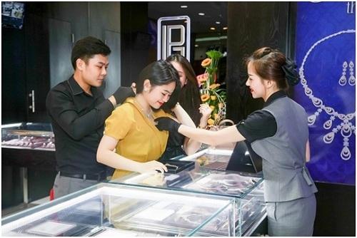 Một mạng sản phẩm trội ngữ thương tình tiệm trang sức trên thị trường như nhẫn nhục cưới Forever Love, trang sức cưới - dạ hội cao cấp Mùa thương tình, nhẫn nhục vương vãi miện Miracle Crown, vòng tay da cao cấp Caballero & Feliz&.