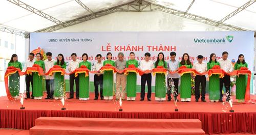 Nghi thức cắt băng khánh vách Công đệ trình Nhà chừng học bộ môn dài THCS xã Việt Xuân
