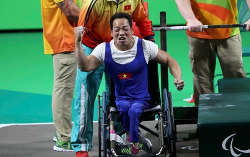 nha-vo-dich-paralympic-viet-nam-duoc-bay-mien-phi-ca-doi