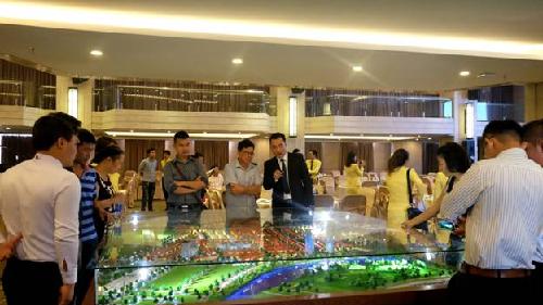 Khách hàng đang được tư vấn sa bàn dự án Coco Riverside City.