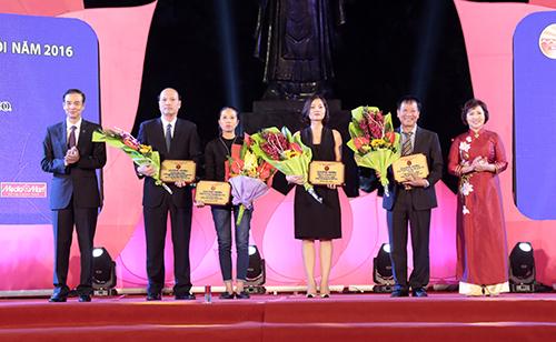Lãnh đạo Bộ Công Thương và thành phố Hà Nội trao chứng nhận cho đại diện các đơn vị tài trợ chương trình.