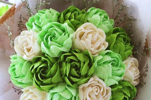 Những bông hoa giấy chế tác khéo léo trông giống như hoa thật. Ảnh: Phương Đông