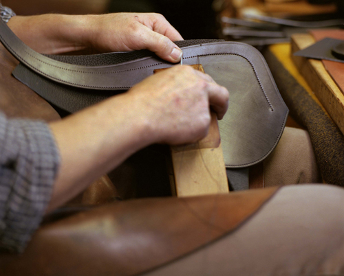Hermès nổi danh với những đường khâu bằng tay chuẩn xác.