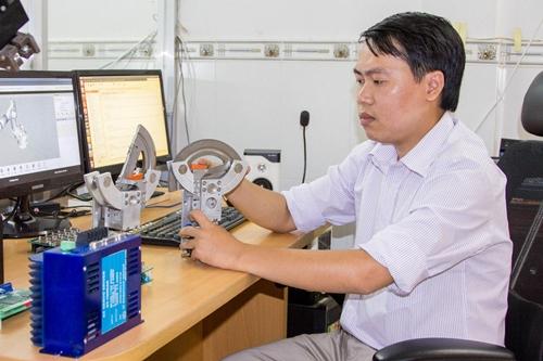 Chàng trai sinh năm 1985 làm việc trong phòng nghiên cứu robot