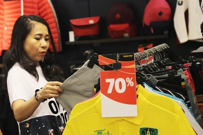 Hàng hiệu đua 'siêu giảm giá' cuối năm