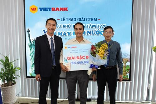 Khách hàng nhận thưởng sổ tiết kiệm 500 triệu đồng từ VietBank - ảnh 1