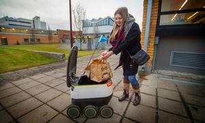 Giao thức ăn bằng robot tự động