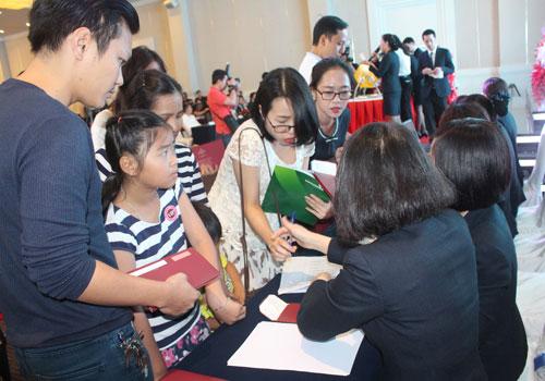 Do số lượng khách quan tâm nhiều hơn số căn hộ giới thiệu nên Phú Mỹ Hưng tổ chức rút thăm để xác định quyền giữ chỗ mua căn hộ.