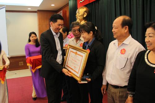 Đại diện UBND TPHCM trao tặng bằng khen cho Lotte Mart vì có thành tích xuất sắc trong cuộc vận động