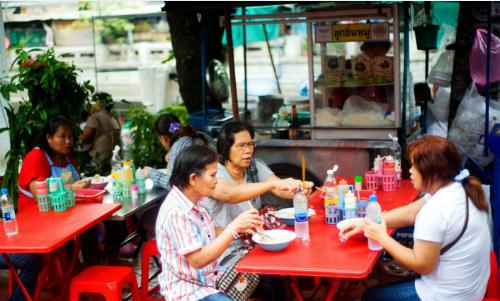 bangkok-manh-tay-voi-hang-rong-quan-an-via-he-1