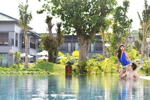 Novotel Villas dành tặng khách hàng nhiều chính sách ưu đãi. Giá thuê villas mỗi đêm chỉ  5,675 triệu đồng (căn 3 phòng ngủ), 6,81 triệu đồng (villas 4 phòng ngủ). Villas 5 phòng ngủ giá 113,5 triệu đồng bao gồm người trông coi biệt thự, tài xế riêng, người giữ trẻ và những dịch vụ cá nhân khác. Thời gian đặt phòng từ 15/4 đến 30/4, thời gian lưu trú kéo dài đến hết 31/12. Điện thoại đặt phòng: 077 6260 999, 0979 707 088.