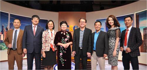 Bà Mai chụp ảnh lưu niệm cùng các Chuyên gia và CEO trong chương trình CEO Chìa khóa thành công VTV1