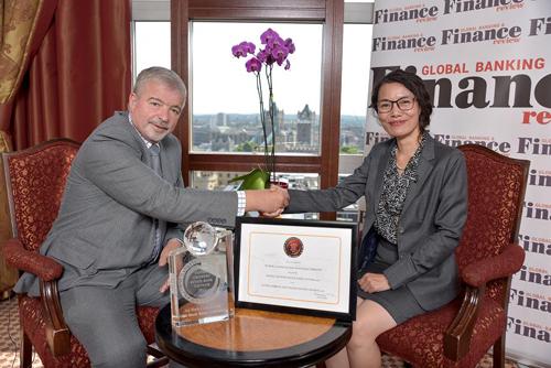 Đại diện Tạp chí Tài chính và Ngân hàng toàn cầu trao chứng nhận cho bà Phạm Thị Hiền - Phó tổng giám đốc ABBank.