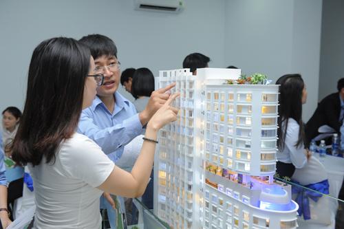 Khách hàng tham quan mô hình và chọn căn hộ để giữ cọc.