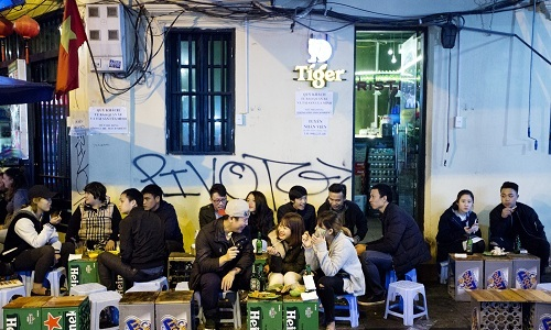 hang-bia-ngoai-sung-sot-vi-dan-nhau-viet
