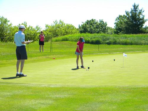 Sân tập golf ngay trong làng biệt thự đáp ứng niềm đam mê môn thể thao quý tộc cho chủ nhân các căn biệt thự.