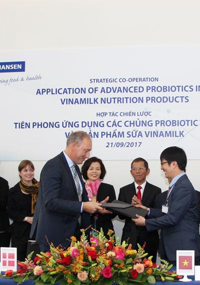 Ông Lasse Nagell - Phó chủ tịch cấp cao của Tập đoàn Chr. Hansen và ông Phan Minh Tiên - Giám đốc điều hành Vinamilk ký kết hợp tác chiến lược.