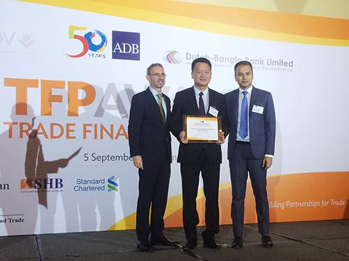 Singapore, tháng 9/2017, Ngân hàng Phát triển châu Á (ADB) vừa trao giải thưởng Ngân hàng hàng đầu Việt Nam về Tài trợ thương mại cho Doanh nghiệp SMEs tới Ngân hàng Quốc Tế (VIB). Đây là giải thưởng uy tín nhằm vinh danh các ngân hàng có thành tích nổi bật khi tham gia Chương trình Hỗ trợ thương mại quốc tế (TFP-Trade Finance Program).