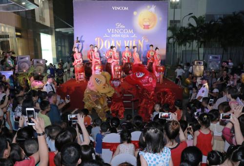 vincom-don-hang-nghin-luot-khach-den-vui-trung-thu-1
