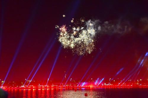 Vinhomes Riverside tổ chức đêm diễn ánh sáng trên mặt hồ Harmony
