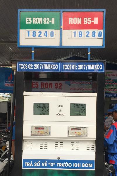 giá niêm yết của xăng E5 rẻ hơn A95 tới hơn 1.000 đồng một lít