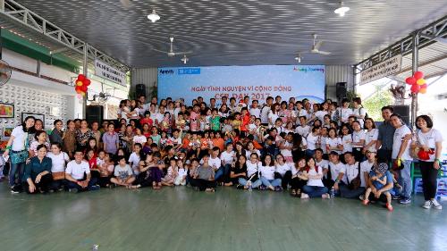 Ngày 17/12 vừa qua, hơn 150 đối tác và nhân viên Amway đã có mặt tại làng trẻ em SOS Gò Vấp, TP HCM và làng trẻ em SOS Hà Nội để tham gia Ngày tình nguyện vì cộng đồng -CSR Day 2017. Hoạt động này nằm trong khuôn khổ chương trình hợp tác, đồng hành cùng làng trẻ em SOS nhằm nâng cao tinh thần tương trợ, giúp đỡ những hoàn cảnh kém may mắn.