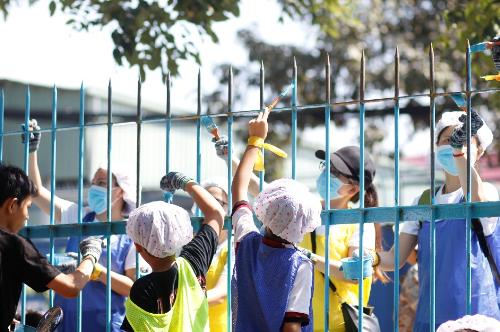 Ngoài ra, Amway Việt Nam tài trợ một số sản phẩm chăm sóc nhà cửa cho 17 Làng trẻ em SOS Việt Nam trong suốt một năm.