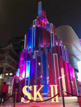 Cây thông Noel khổng lồ của SK-II trang trí tại Thượng Hải. Ảnh: Forbes