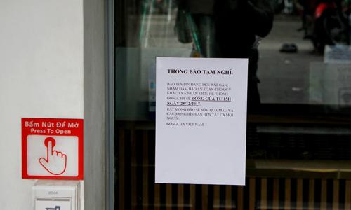 Nhiều cửa hàng thông báo dừng phục vụ để tránh thiệt hại bởi bão Tembin. Ảnh: Viễn Thông.